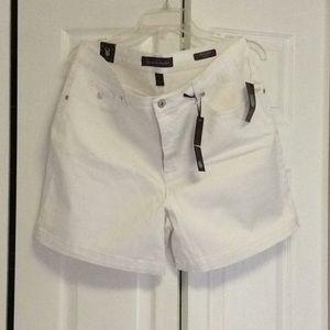 White Gloria Vanderbilt shorts